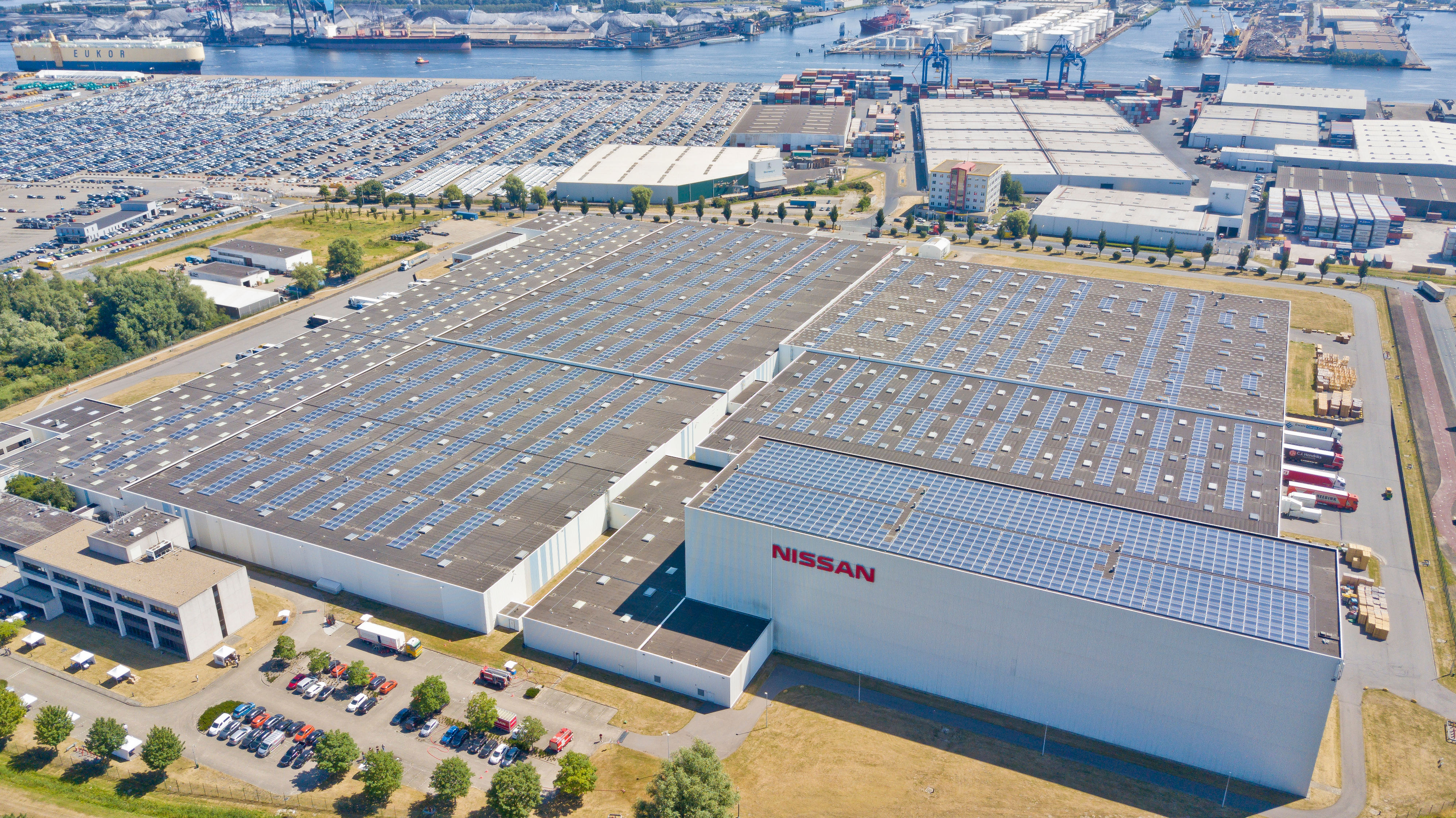 Solar roof installed at Nissan Motor Parts Center5-source